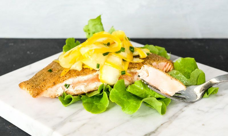 foto de Salmón con Crust de Quinua y Zucchini Curtido